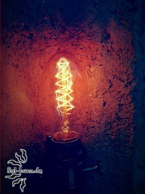 mediterraner Dachziegel mit Retro-Glühbirne